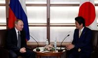 Japans Premierminister Abe Shinzo führt Telefongespräch mit Russlands Präsident Wladimir Putin