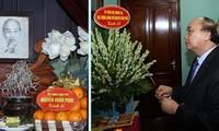 Premierminister Nguyen Xuan Phuc zündet Räucherstäbchen zu Ehren des Präsidenten Ho Chi Minh an
