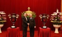 Übergabe der Lac Hong-Pokale an den 13. Parteitag der KPV