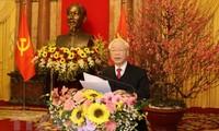 KPV-Generalsekretär und Staatspräsident Nguyen Phu Trong beglückwünscht ehemalige Leiter der Partei und des Staates