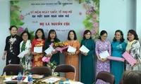 Schriftstellerinnen des Schriftstellerverbandes von Ho Chi Minh Stadt helfen armen Menschen in Zeiten der Pandemie