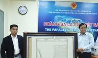 岘港市黄沙岛县接收一位海外侨胞捐赠的一张珍贵黄沙地图