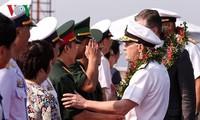 美国海军军舰停靠越南中部岘港市仙沙港