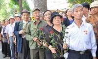Bewohner kommen um General Vo Nguyen Giap zu Ehren