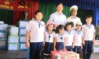 Provinz Khanh Hoa überreicht Kindern im Truong Sa-Inselkreis Geschenke