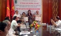 """Auszeichnung der Werke über """"Lernen und arbeiten nach dem Vorbild Ho Chi Minhs"""""""