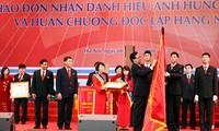 """Premierminister Nguyen Tan Dung überreicht Titel """"Held der Arbeit"""" an VietinBank"""