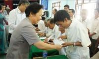 Vizestaatspräsidentin Nguyen Thi Doan besucht Familien mit großen Verdiensten in Quang Binh