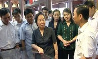 Vizestaatspräsidentin Nguyen Thi Doan überreicht Stipendien an arme Schüler in Thai Binh