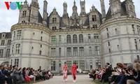 Vietnamesische Ao Dai in Frankreich vorgeführt