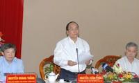 Politbüro berät mit Parteileitung von An Giang über Umsetzung der Parteibeschlüsse