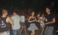 Salsa auf Plätzen, ein Spielraum junger Menschen in Hanoi