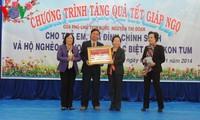 Vizestaatspräsidentin Nguyen Thi Doan überreicht Geschenke an Kinder und verdienstvolle Familien