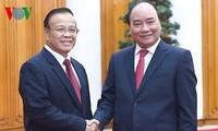 Premierminister Nguyen Xuan Phuc trifft Laos Vizepremierminister Douangdi