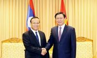 Vizepremierminister Vuong Dinh Hue trifft Laos Vizepremierminister, Finanzminister Douangdi