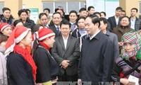 Staatspräsident Tran Dai Quang überreicht armen Menschen Geschenke zum bevorstehenden Neujahrsfest