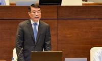 Gouverneur der Staatsbank und Informationsminister beantworten Fragen der Abgeordneten