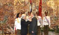 KPV-Generalsekretär Nguyen Phu Trong bedankt sich beim Sekretär des Zentralkomitees der KP Kubas