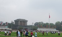 Zahlreiche Menschen besuchen das Ho Chi Minh-Mausoleum