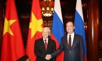 KPV-Generalsekretär Nguyen Phu Trong trifft Vorsitzenden der Partei Einiges Russland Dmitri Medwedew