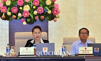 Parlamentspräsidentin Nguyen Thi Kim Ngan liest Personal-Vorlage vor dem Parlament vor