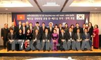Parlamentspräsidentin Nguyen Thi Kim Ngan empfängt Vertreter einiger Wirtschaftskonzerne Südkoreas