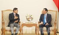 Vizepremierminister Vuong Dinh Hue trifft Generaldirektor von Samsung Vietnam