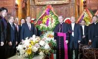 Hochrangige Politiker besuchen und beglückwünschen Katholiken zum Weihnachten