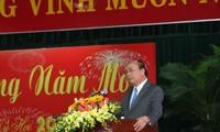 Premier Nguyen Xuan Phuc beglückwünscht derzeitige und ehemalige politische Leiter in Zentralvietnam zum Tetfest