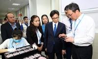 Vizepremierminister Vu Duc Dam besucht Arbeiter in Bac Giang