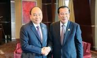 """Premierminister Nguyen Xuan Phuc trifft Kambodschas Premierminister Hun Sen am Rande des """"Gürtel und Straße""""-Forums"""