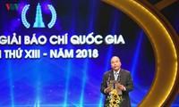 Premierminister Nguyen Xuan Phuc überreicht Preise an Träger des nationalen Pressepreises 2018