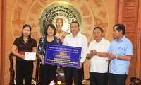 Vizestaatspräsidentin Dang Thi Ngoc Thinh überreicht Hilfsmittel an die von Fluten betroffenen Bewohner in Thanh Hoa