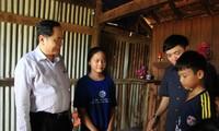 Die Vaterländische Front Vietnam hilft den von Fluten betroffenen Bewohnern