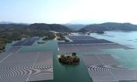 Erste umfangreiche Stromquelle aus schwimmenden Solaranlagen in Vietnam