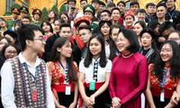 Vizestaatspräsidentin Dang Thi Ngoc Thinh trifft ausgezeichnete Studierende ethnischer Minderheiten