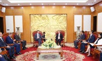 Leiter des KPV-Wirtschaftskomitees Nguyen Van Binh empfängt Vizepräsidenten von Total Philip Olivier