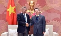 Vizeparlamentspräsident Phung Quoc Hien empfängt APO-Generalsekretär Achmad Mochtan