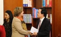 Bildungsminister Phung Xuan Nha empfängt Unicef-Vertreterin in Vietnam Rana Flowers