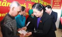 Vizeparlamentspräsidentin Tong Thi Phong besucht Familien der verdienstvollen Menschen