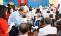 Premierminister Nguyen Xuan Phuc besucht Familien der verdienstvollen Menschen und Arbeiter in Tra Vinh