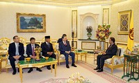 Polizeiminister To Lam begrüßt Bruneis Sultan Hassanal Bolkiah