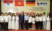 Übergabe von Stipendien des HMWK an ausgezeichnete Studierende in Hanoi und Umgebung