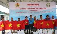 Überreichung von 2000 Nationalflaggen an Fischer auf dem Meer