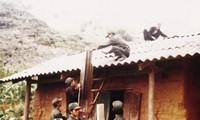 Die Volksgruppe der Ngai bauen die Hauswände mit einer Mischung aus Lehm und Stroh