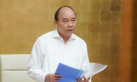 Premierminister Nguyen Xuan Phuc leitet die Regierungssitzung über Covid-19