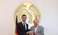 Journalist Hellmut Kapfenberger schenkt Vietnam ein Buch über Präsident Ho Chi Minh