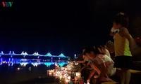 Wasserlaternen im Fluss Thach Han als Dank an gefallene Soldaten