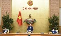 Premierminister Nguyen Xuan Phuc leitet die Regierungssitzung zum neuen Jahr