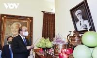 Staatspräsident Nguyen Xuan Phuc zündet Räucherstäbchen für General Vo Nguyen Giap an